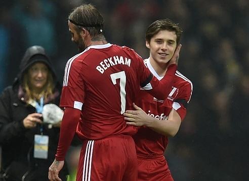 Brooklyn Beckham da thay cha trong tran dau cua huyen thoai hinh anh