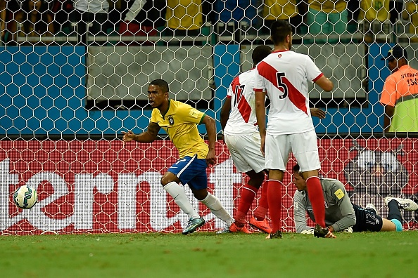 Douglas Costa thang hoa, Brazil danh bai Peru 3-0 hinh anh 12