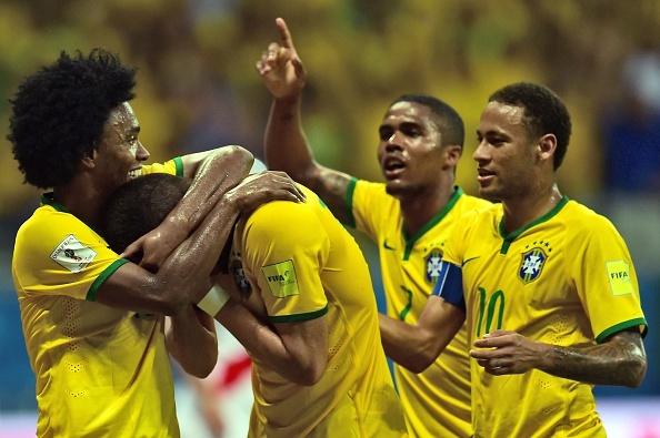 Douglas Costa thang hoa, Brazil danh bai Peru 3-0 hinh anh 20