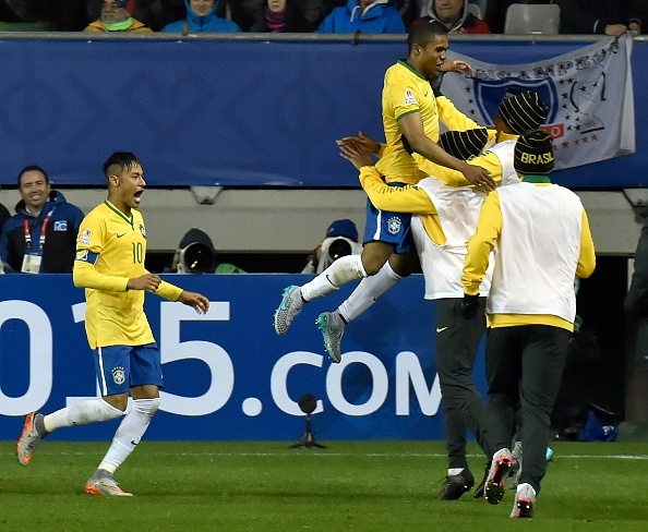 Douglas Costa thang hoa, Brazil danh bai Peru 3-0 hinh anh 9