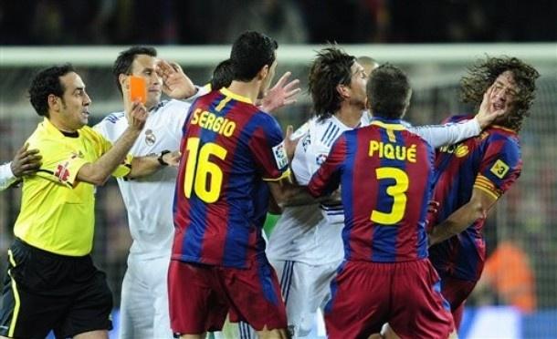 Ramos nhan the do trong tran thua 0-5 cua Real truoc Barca hinh anh