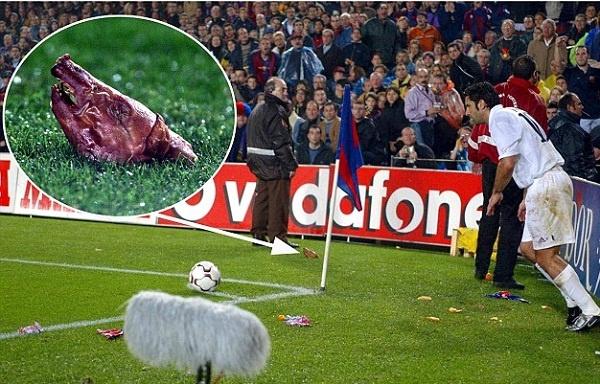 Fan Barca nem thu lon xuong san de phan doi Figo hinh anh
