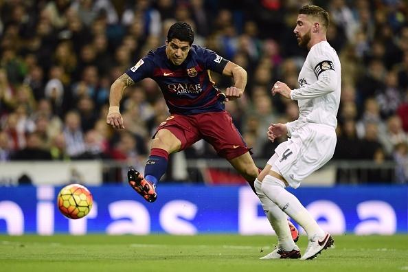 Dai thang 4-0 tai Bernabeu, Barca bo xa Real 6 diem hinh anh 1