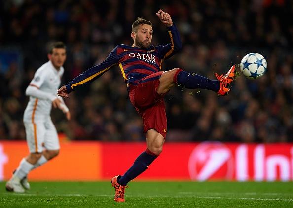 Ronaldo, Messi lan dau sat canh o doi hinh tieu bieu Cup C1 hinh anh 5