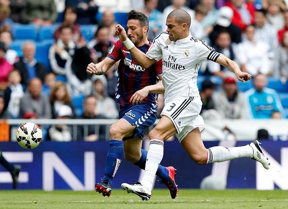 Ronaldo gay that vong du ghi ban giup Real ha Eibar 2-0 hinh anh 6