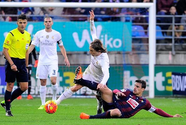 Ronaldo gay that vong du ghi ban giup Real ha Eibar 2-0 hinh anh 8