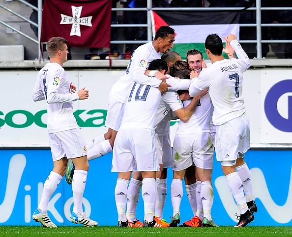 Ronaldo gay that vong du ghi ban giup Real ha Eibar 2-0 hinh anh 11
