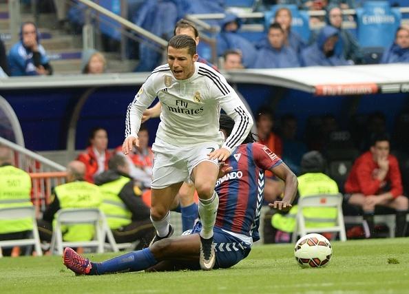 Ronaldo gay that vong du ghi ban giup Real ha Eibar 2-0 hinh anh 5
