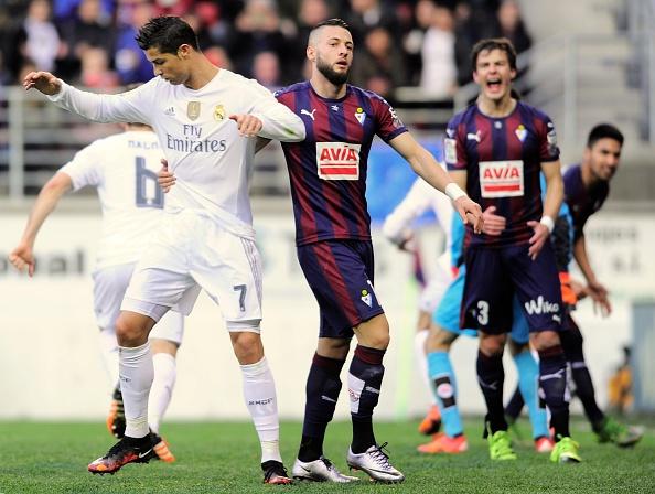 Ronaldo gay that vong du ghi ban giup Real ha Eibar 2-0 hinh anh 13