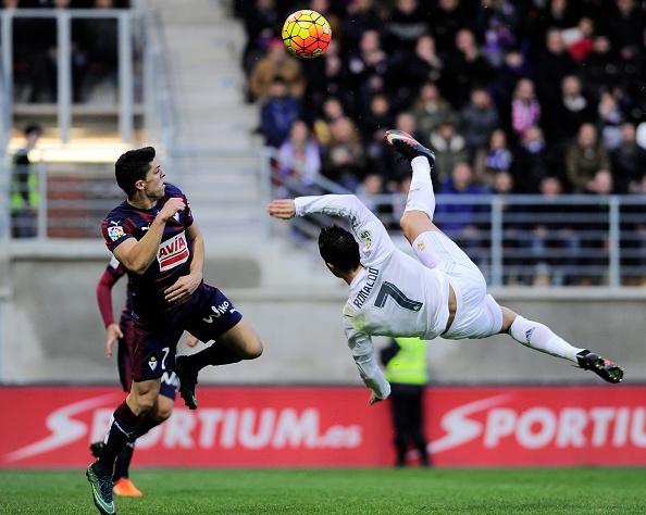 Ronaldo gay that vong du ghi ban giup Real ha Eibar 2-0 hinh anh 15