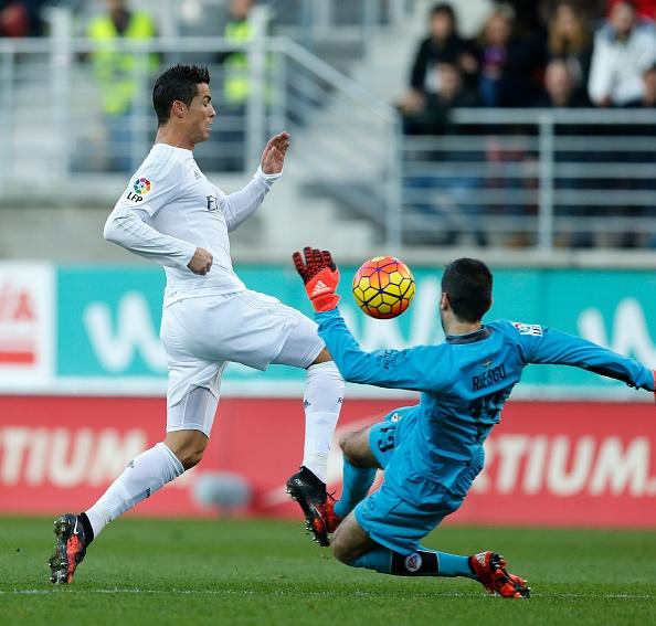 Ronaldo gay that vong du ghi ban giup Real ha Eibar 2-0 hinh anh 16