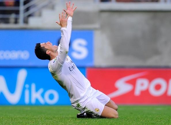 Ronaldo gay that vong du ghi ban giup Real ha Eibar 2-0 hinh anh