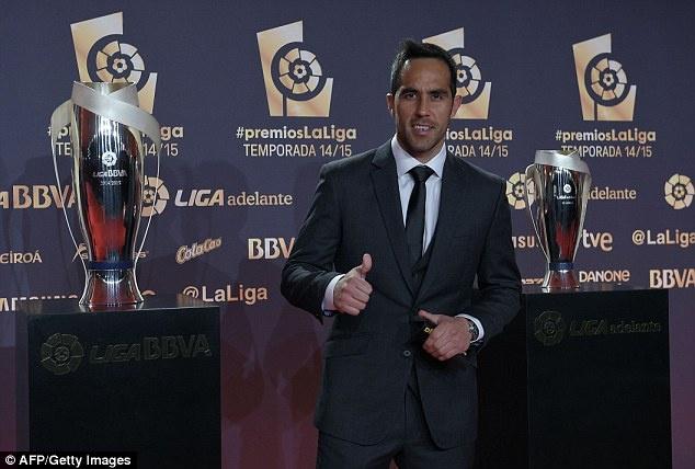 Ramos va dai dien cua CR7 ne tranh chup anh cung sao Barca hinh anh 4