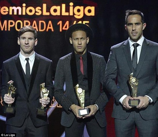 Ramos va dai dien cua CR7 ne tranh chup anh cung sao Barca hinh anh 5