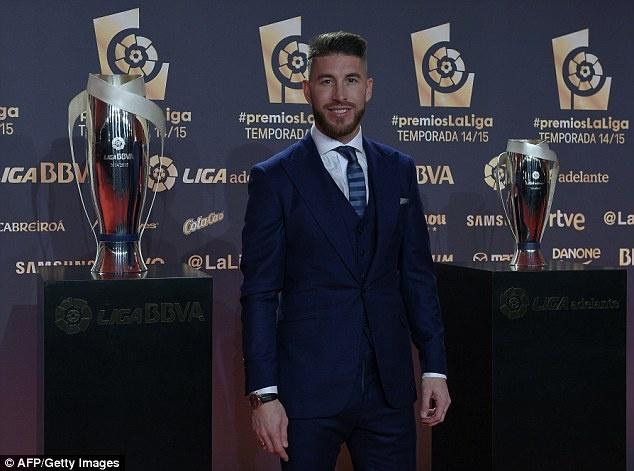 Ramos va dai dien cua CR7 ne tranh chup anh cung sao Barca hinh anh 6