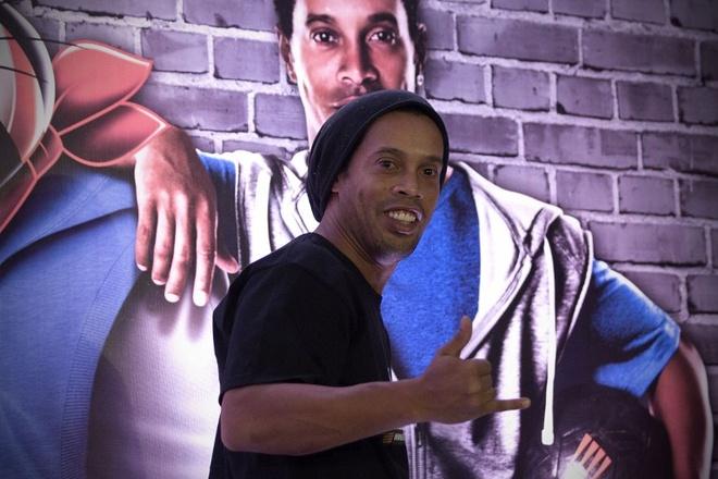 Ronaldinho sap mo hoc vien bong da tai Singapore hinh anh 1