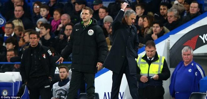 Mourinho bat luc nhin Chelsea thua tran thu 8 tu dau mua hinh anh 1