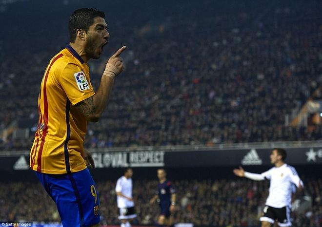 Neville du khan o tran Valencia ngat mach thang cua Barca hinh anh 4