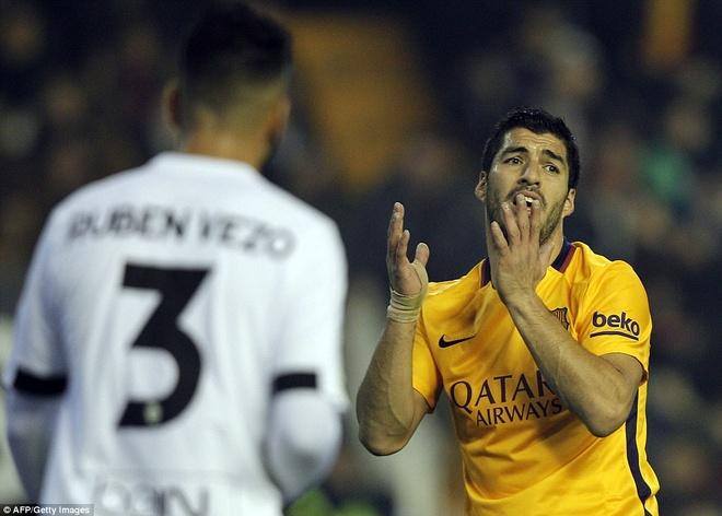 Neville du khan o tran Valencia ngat mach thang cua Barca hinh anh 5