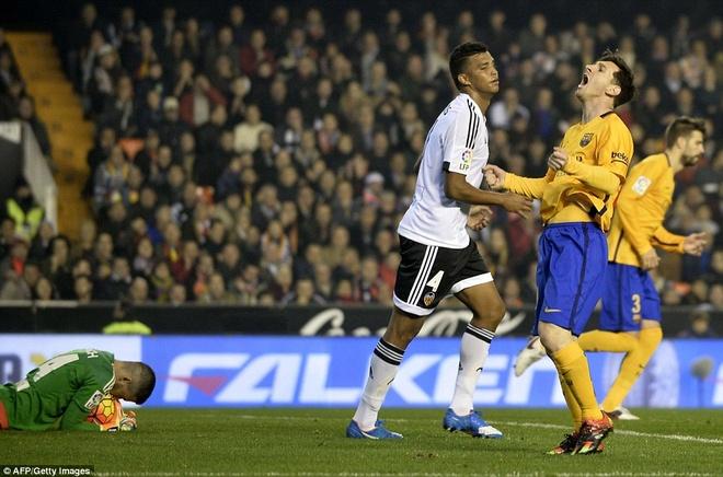 Neville du khan o tran Valencia ngat mach thang cua Barca hinh anh 6