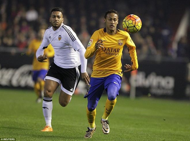 Neville du khan o tran Valencia ngat mach thang cua Barca hinh anh 7