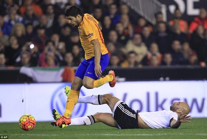 Neville du khan o tran Valencia ngat mach thang cua Barca hinh anh 8