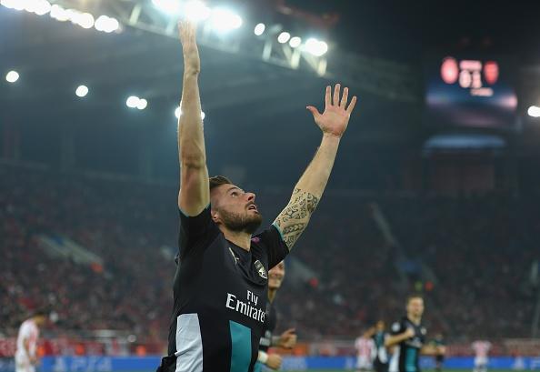 Giroud lap hat-trick giup Arsenal di tiep tai Cup C1 hinh anh