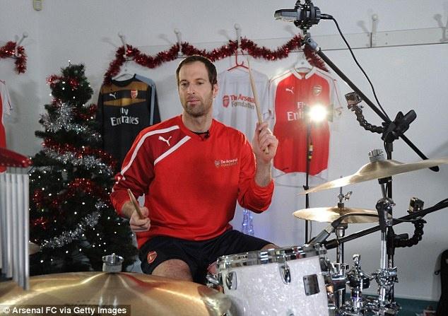 Petr Cech va Alexis Sanchez tro tai choi nhac Giang sinh hinh anh