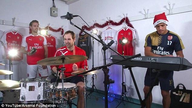 Petr Cech va Alexis Sanchez tro tai choi nhac Giang sinh hinh anh 3