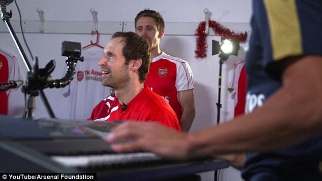 Petr Cech va Alexis Sanchez tro tai choi nhac Giang sinh hinh anh 4
