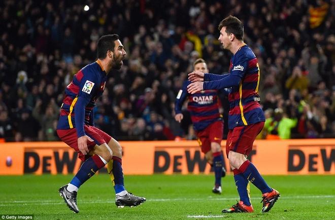 Messi chao don hai tan binh cua Barca bang cu dup hinh anh