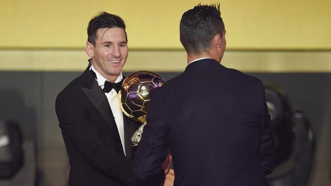 Ronaldo chuc mung Messi o le trao Qua bong vang FIFA 2015 hinh anh 5