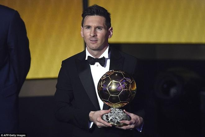 Ronaldo chuc mung Messi o le trao Qua bong vang FIFA 2015 hinh anh 3