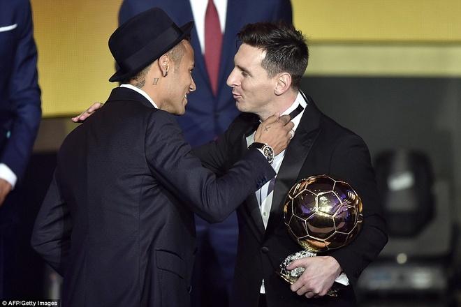 Ronaldo chuc mung Messi o le trao Qua bong vang FIFA 2015 hinh anh 4