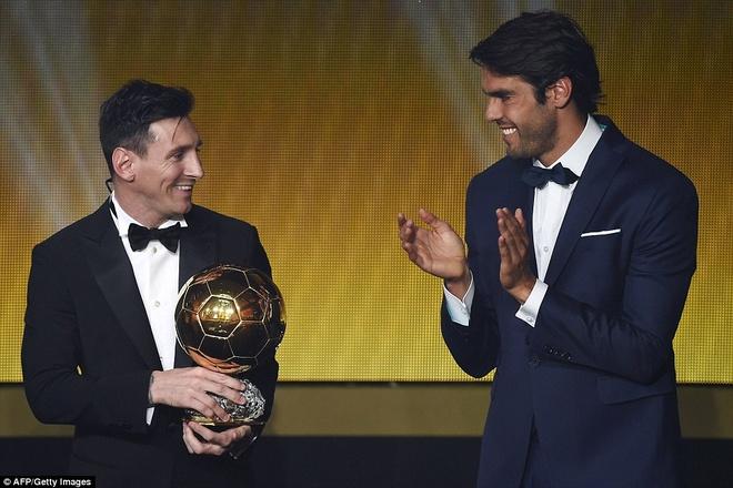 Ronaldo chuc mung Messi o le trao Qua bong vang FIFA 2015 hinh anh 2