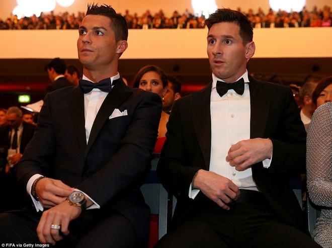 Ronaldo chuc mung Messi o le trao Qua bong vang FIFA 2015 hinh anh 6