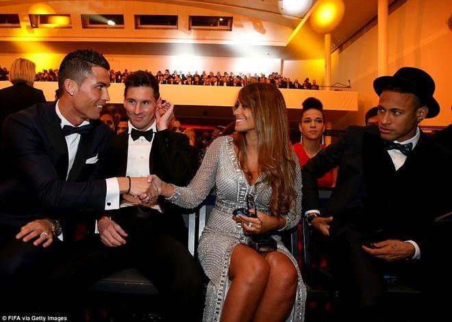 Ronaldo chuc mung Messi o le trao Qua bong vang FIFA 2015 hinh anh 7