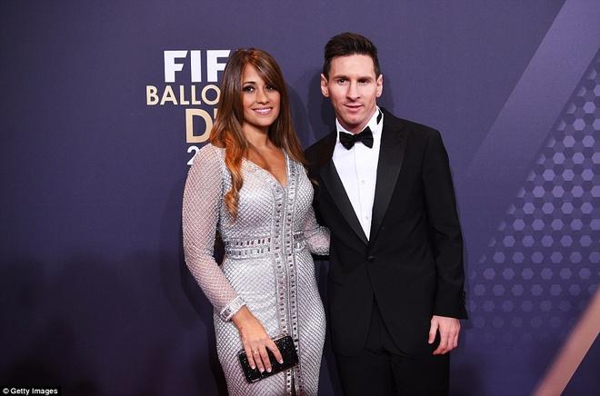 Ronaldo chuc mung Messi o le trao Qua bong vang FIFA 2015 hinh anh 8