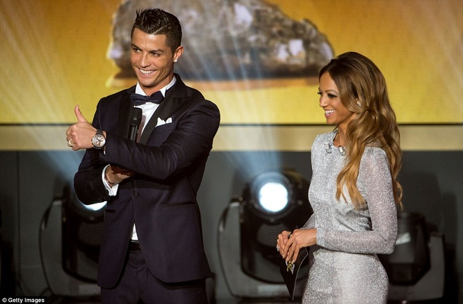 Ronaldo chuc mung Messi o le trao Qua bong vang FIFA 2015 hinh anh 9