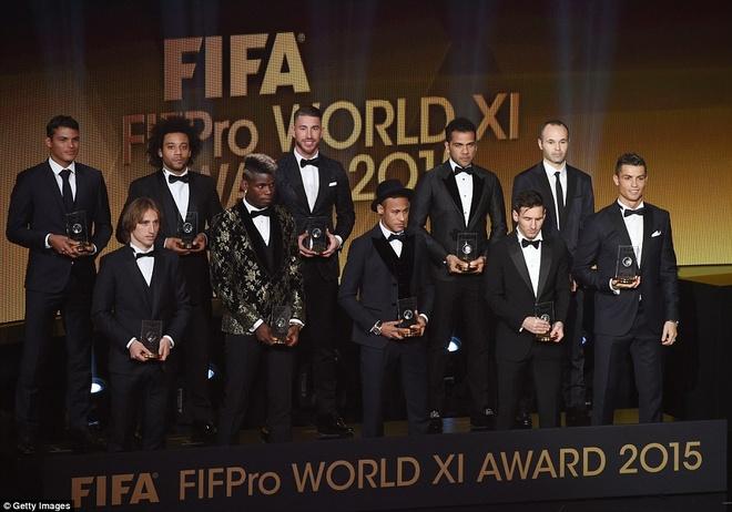 Ronaldo chuc mung Messi o le trao Qua bong vang FIFA 2015 hinh anh 12