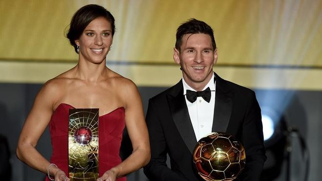 Ronaldo chuc mung Messi o le trao Qua bong vang FIFA 2015 hinh anh 13