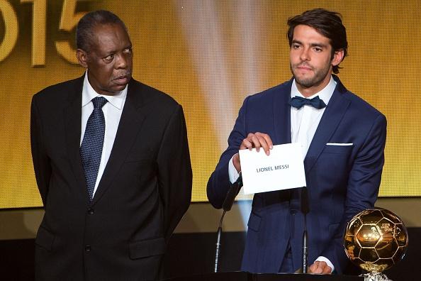 Ronaldo chuc mung Messi o le trao Qua bong vang FIFA 2015 hinh anh 1