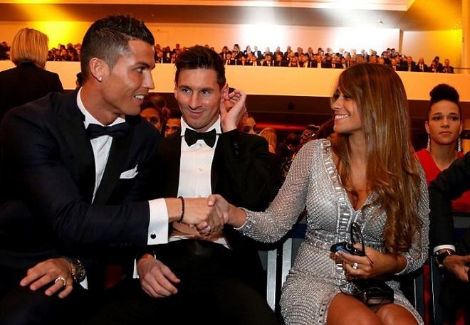 Ronaldo chuc mung Messi o le trao Qua bong vang FIFA 2015 hinh anh