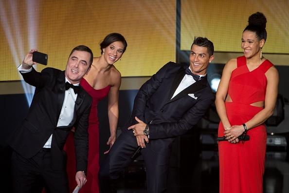 Ronaldo hao hung tham du su kien trao Qua bong vang hinh anh