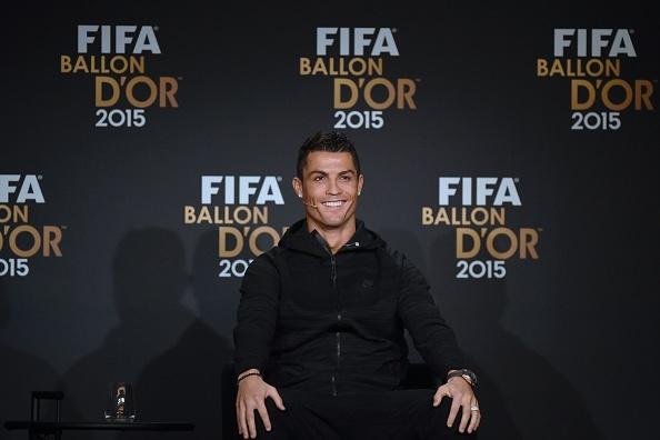 Ronaldo hao hung tham du su kien trao Qua bong vang hinh anh 4