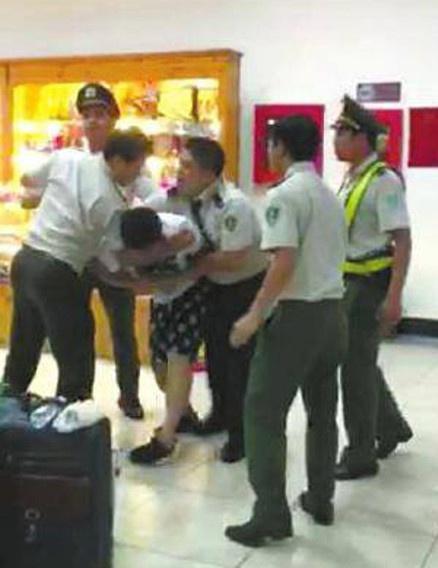 Nhan vien an ninh danh khach Trung Quoc o san bay hinh anh 2