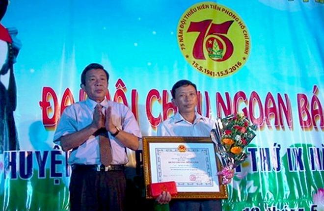 Trao tang Huan chuong dung cam cho thanh nien cuu nguoi hinh anh 1