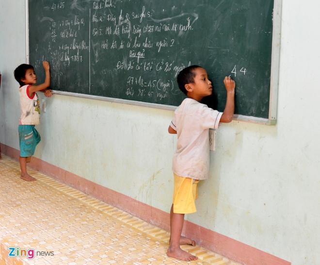 Lop hoc cua tro ngheo duoi ngon nui cao nhat Quang Ngai hinh anh 7