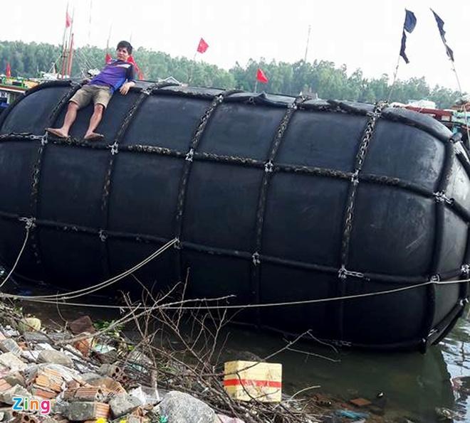 Ngu dan Quang Ngai vot phao 5 m dat giua bien hinh anh 1