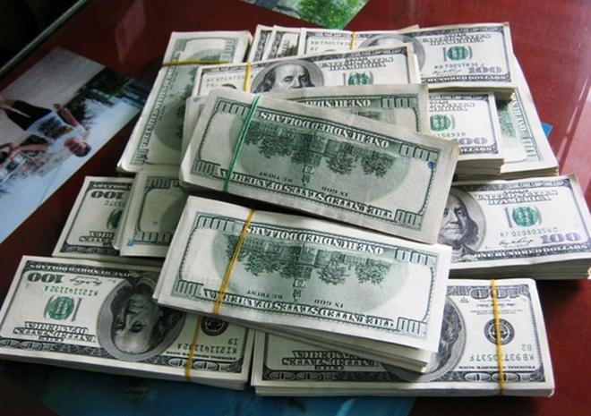 Bi bat vi mang 400.000 USD thang bac tu Campuchia ve Viet Nam hinh anh 1